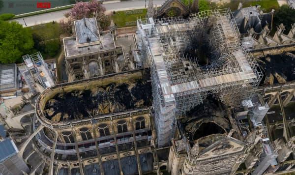 Vue du ciel de la cathédrale Notre-Dame endommagée par l'incendie du lundi 15 avril 2019.