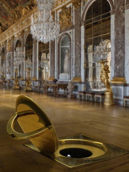 Dans la Galerie des Glaces du Château de Versailles, les prises sont signées MelJac.