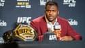 Francis Ngannou avec le titre des poids lourds de l'UFC
