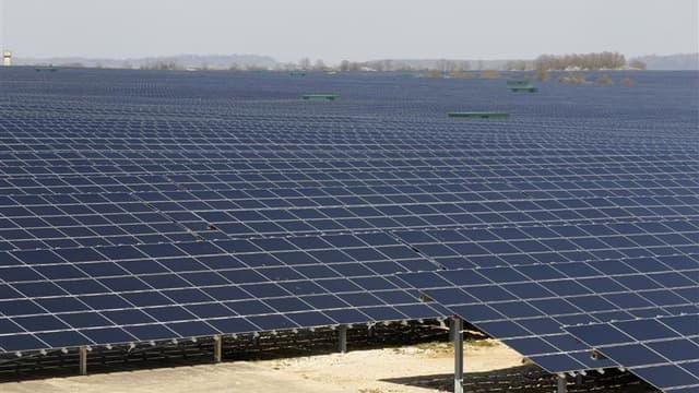 Le président socialiste de l'Association des régions de France (ARF) a demandé mercredi au gouvernement de surseoir à son projet de baisse de près de 20% du tarif d'achat de l'électricité d'origine photovoltaïque pour les installations de plus de 100 kilo