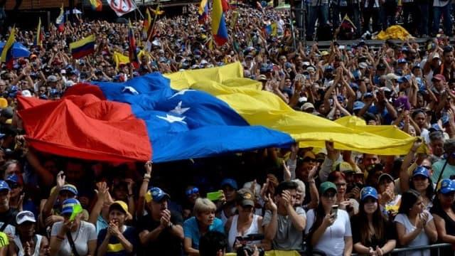 Des vénézuéliens écoutent un discours de Juan Guaido, le 23 janvier 2019 à Caracas