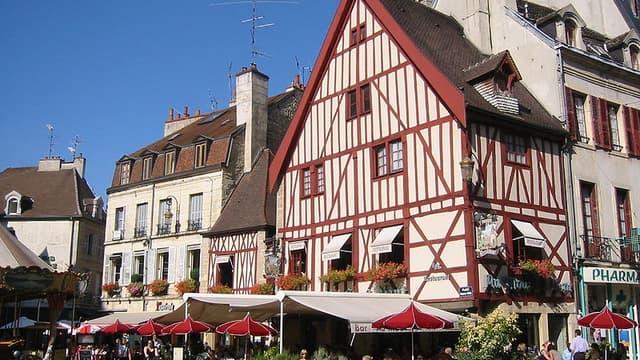 Place François Rude, dans le centre de Dijon