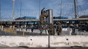 Des soldats américains posent des barbelés à la frontière entre le Mexique et les États-Unis au niveau de Tijuana, le 13 novembre 2018