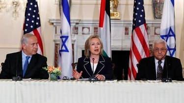 En présence du Premier ministre israélien Benjamin Netanyahu (à gauche) et du président de l'Autorité palestinienne Mahmoud Abbas (à droite), la secrétaire d'Etat américaine Hillary Clinton a officiellement annoncé jeudi à Washington la reprise des pourpa