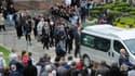 Des centaines de personnes sortent de la basilique Sainte-Maxellende de Caudry (Nord)  lors des obsèques d'Aurélie Châtelain mercredi 29 avril 2015.