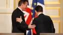 """Le Premier ministre britannique, David Cameron (à gauche), a souhaité """"bonne chance"""" à Nicolas Sarkozy pour l'élection présidentielle tout en laissant entendre que, à l'inverse de la chancelière allemande Angela Merkel, il ne viendrait pas soutenir le pré"""