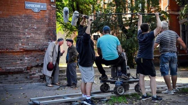Une équipe de cinéma utlise la résidence décrépie Proletarka à Tver, Russie, pour un film se passant dans les années 1940, le 8 août 2020