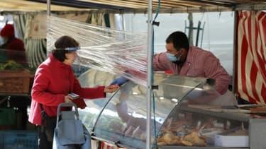 Sur le marché de l'Avenue de Saxe à Paris, le 14 mai 2020