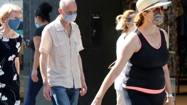 Des personnes portent un masque de protection dans une rue de Bruxelles, le 12 août 2020 en Belgique.