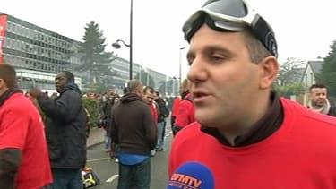 Un salarié de Goodyear manifestant devant le siège de l'usine de pneus, contre la fermeture du site Amiens-Nord.