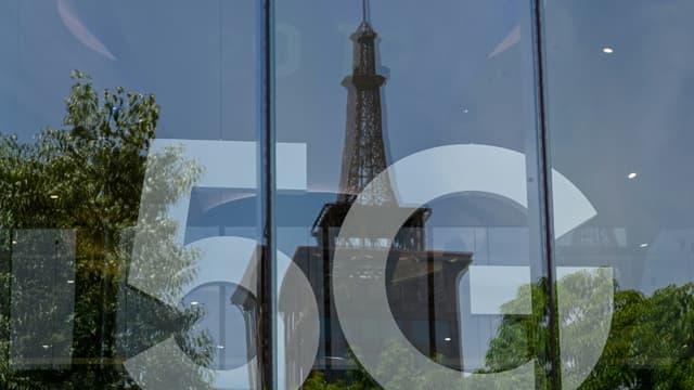 """Le bras de fer a pris fin, sous conditions: la 5G sera déployée à Paris """"dans les prochaines semaines"""" grâce à un accord annoncé vendredi entre la mairie et les opérateurs télécoms"""