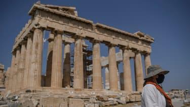 Une touriste devant le Parthénon à Athènes. (image d'illustration)