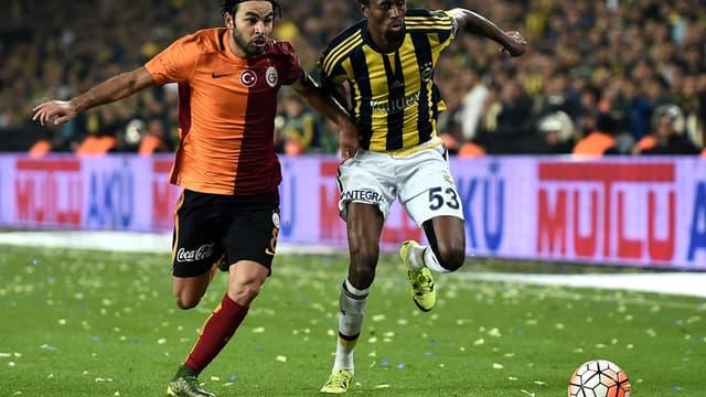 Le Turc Selcuk Inan (Galatasaray, à gauche) à la lutte avec le Sénégalais Abdoulaye Ba (Fenerbahçe)