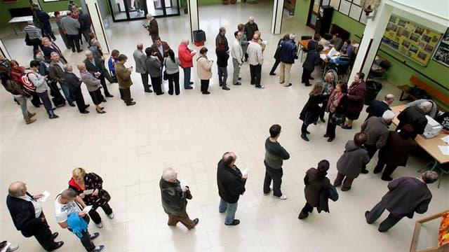 Dans un bureau de vote à Barcelone. Selon des résultats partiels, les quatre partis indépendantistes emportent la majorité absolue des sièges disputés lors des élections régionales anticipées qui ont eu lieu dimanche en Catalogne, mais le parti nationalis