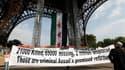 Le groupe France Syrie Démocratie, qui soutient l'opposition au régime syrien, a accroché vendredi matin sous la Tour Eiffel un immense drapeau vert, blanc et rouge frappé de trois étoiles, pour réclamer un soutien accru de la communauté internationale à