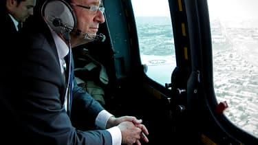 François Hollande à bord d'un hélicoptère militaire en 2012. Dans une interview au Monde, il a abordé les dossiers irakien et ukrainien.