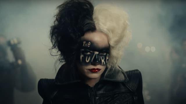 """Emma Stone dans la nouvelle bande-annonce de """"Cruella"""""""