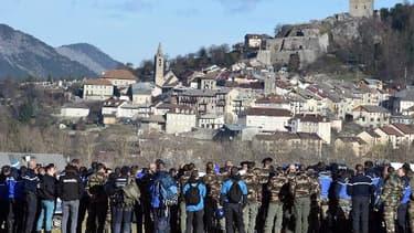 Les gendarmes s'apprêtent à aller sur le site du crash de l'Airbus A320, à Seyne-les-Alpes, le 2 avril 2015