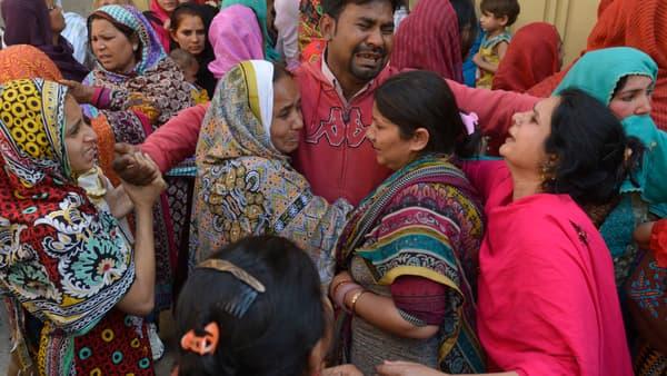 Des Pakistanais pleurent la mort d'un de leur proche, dans l'attentat-suicide de Lahore, le 28 mars.
