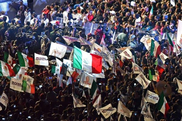 Des Mexicains célèbrent la victoire de Andrés Manuel Lopez Obrador aux élections présidentielles.