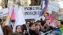 """Une manifestante tient une banderole sur laquelle on peut lire """"Mon corps, mon choix"""" lors d'une manifestation à Paris le 17 janvier 2015 pour défendre les droits des femmes, améliorer l'accès à l'avortement et marquer le 40e anniversaire de la loi Veil légalisant l'avortement en France."""