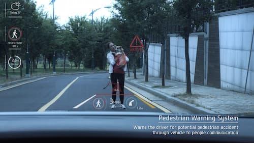 Grâce à la réalité augmentée, le conducteur voit sur son pare-brise des informations d'aide à la conduite.