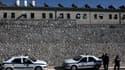 Des policiers grecs stationnent devant une prison d'Athènes (PHOTO D'ILLUSTRATION)