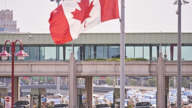 Une file d'attente à un poste-frontière pour aller des Etats-Unis vers le Canada, à Niagara Falls dans l'Ontario, le 09 août 2021