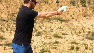 Le pistolet assemblé après impression 3D dans les mains d'un utilisateurs
