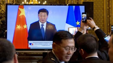 Un écran retransmet un discours du président chinois Xi Jinping, au ministère des Affaires étrangères, à Paris, le 27 mars.