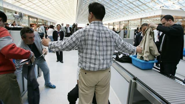Les contrôles dans les aéroports parisiens se font uniquement à l'intérieur.