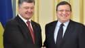 Petro Porochenko (ici à gauche, aux côtés de José Manuel Barroso) avait assuré que l'accord de libre-échange avec l'Union européenne entrerait en vigueur dès le 1er novembre, mais cela ne sera pas le cas.