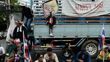 Déjà le 19 décembre, ses manifestants protestaient contre l'ex-Premier ministre Thaksin Shinawatra, dont la sœur Yingluck, actuellement au pouvoir, est soupçonnée de n'être sa marionnette.
