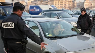 Un contrôle d'un véhicule et de sa vignette Crit'Air à paris en 2017, par les forces de l'ordre.