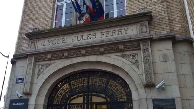 La proviseure du lycée Jules Ferry a été légèrement blessée ce mardi.