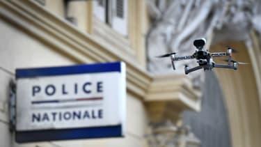 Un drone de la police survole le marché des Capucins à Marseille, le 24 mars 2020.