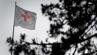 Un drapeau de la Croix-Rouge flotte sur le toit de son quartier général, à Genève, en Suisse.