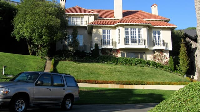 35 imposantes propriétés bordent la voie privée de Présidio Terrace.