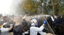 De violents affrontements ont opposé mercredi forces de l'ordre et militants antinucléaires venus protester près de Valognes contre un convoi ferroviaire de déchets radioactifs qui doit quitter la Manche pour rejoindre l'Allemagne. /Photo prise le 23 nove