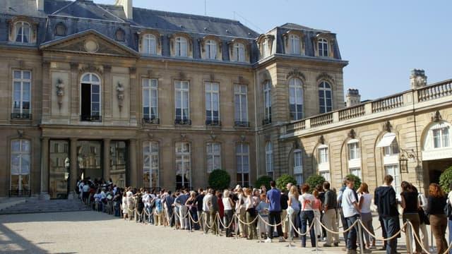 File d'attente dans la cour de l'Elysée à l'occasion des Journées du patrimoine en 2006