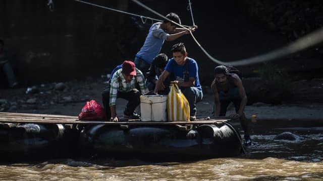 Immigrants traversant la rivière Suchiate, frontière entre le Guatemala et le Mexique, le 7 juin 2019