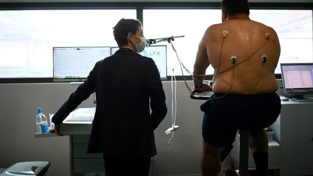 Déjà objet d'attention en temps normal car très sollicité, le coeur des sportifs touchés par le coronavirus est sous surveillance à la reprise de l'activité car, comme le virus de la grippe, il peut s'attaquer au muscle cardiaque