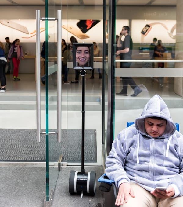 Le robot Lucy est respecté pour le moment par les autres fans qui font la queue.