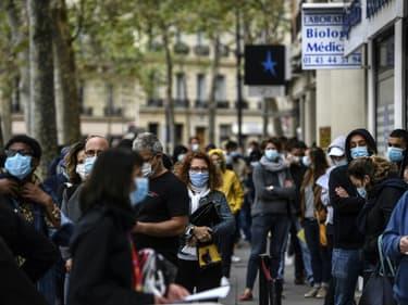 Des personnes masquées font la queue devant un laboratoire d'analyses médicales pour passer un test de dépistage du Covid-19, le 29 août 2020 à Paris