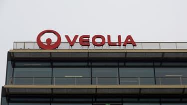 Une centaine de salariés du groupe Veolia ont manifesté ce vendredi devant le siège du groupe pour réclamer une hausse des salaires.