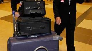 Membres de l'équipage du vol Qantas QF6 effectuant la liaison entre Singapour et Sydney et qui a dû faire demi-tour après une avarie moteur. L'avion, un Boeing 747, qui transportait plus de 400 passagers, s'est posé sans encombre à son point de départ. /P