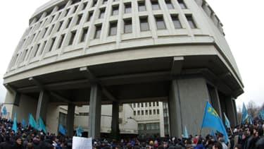 Manifestants massés devant le siège du Parlement de Crimée à Simferopol, mercredi 26 février.