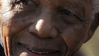 L'ancien président sud-africain Nelson Mandela, 92 ans, a été hospitalisé dans la nuit de mercredi à jeudi à Johannesburg pour subir des examens de routine. Cette hospitalisation a suscité à travers le pays une vague de rumeurs alarmistes qui a conduit le