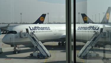 """L'allemand Lufthansa a été contraint d'annuler """"plus de 800 vols"""", soit un avion sur deux."""