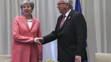 Rencontre entre la Première ministre Theresa May et le Président de la Commission européenne Jean-CLaude Juncker lors du Sommet UE-Ligue arabe à Charm El Cheikh en Egypte, le 25 février.